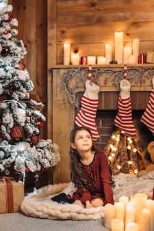 Menina bonitinha perto de árvore de natal