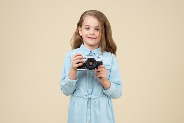 Menina bonitinha segurando uma câmera