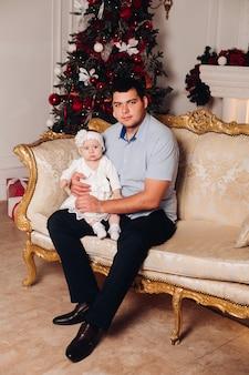 Menina bonitinha sentada no pescoço do pai.