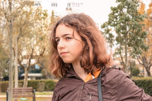 Menina bonito adolescente sério lá fora no parque