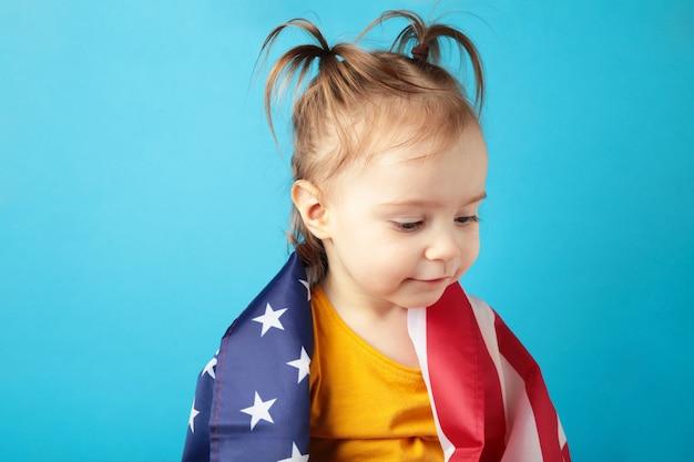 Menina bonito com bandeira americana. pequeno patriota. feliz dia da independência. vista do topo
