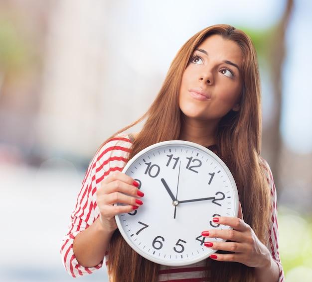 Menina bonito com um relógio