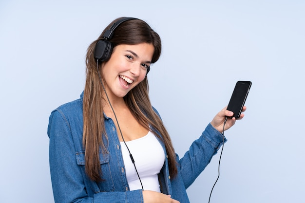 Menina brasileira adolescente ouvindo música e dançando