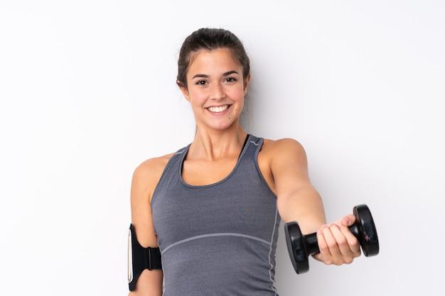 Menina brasileira do esporte adolescente fazendo levantamento de peso