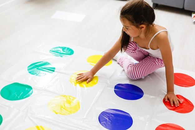 Menina brinca na sala das crianças