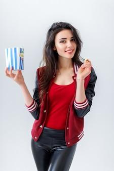 Menina brincalhão com pacote de pipoca