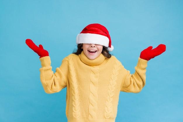 Menina brincalhão vestindo roupas de inverno