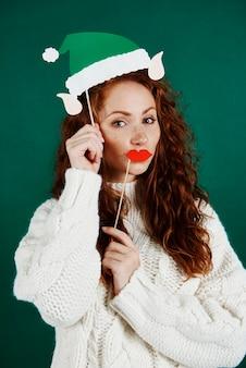 Menina brincalhona fantasiada de elfo em estúdio