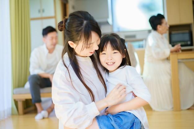 Menina brincando com a mãe na sala