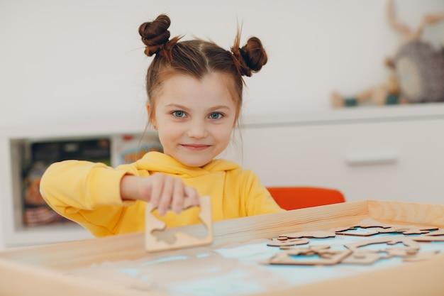 Menina brincando com areia formulário brinquedo educação infantil conceito de psicologia cognitiva