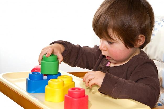 Menina brincando com blocos coloridos