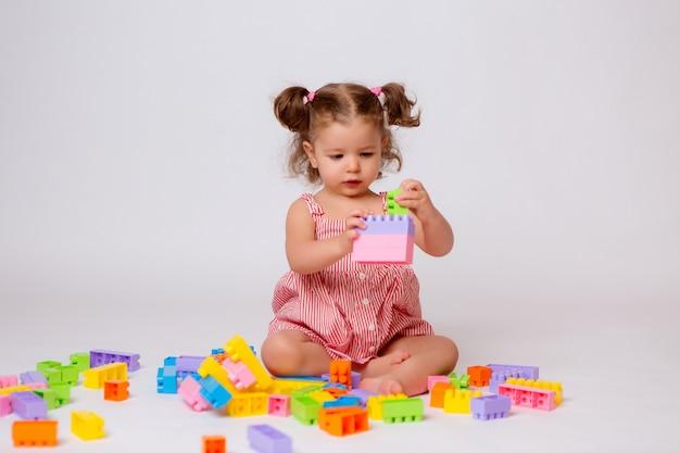 Menina brincando com construtor multicolorido