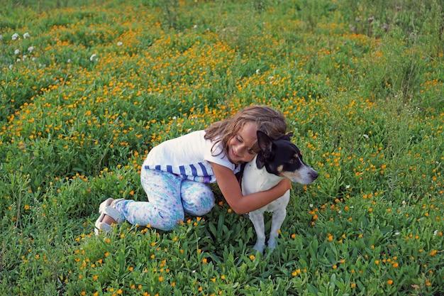 Menina brincando com jack russell terrier