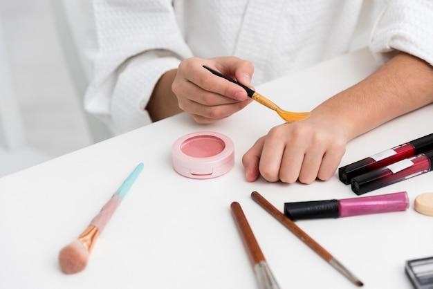 Menina brincando com seu close-up de cosméticos de mães