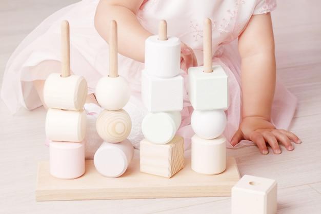 Menina brincando com um classificador de brinquedos de madeira