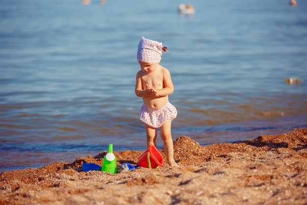 Menina brincando na areia
