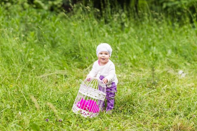 Menina brincando na grama verde, família