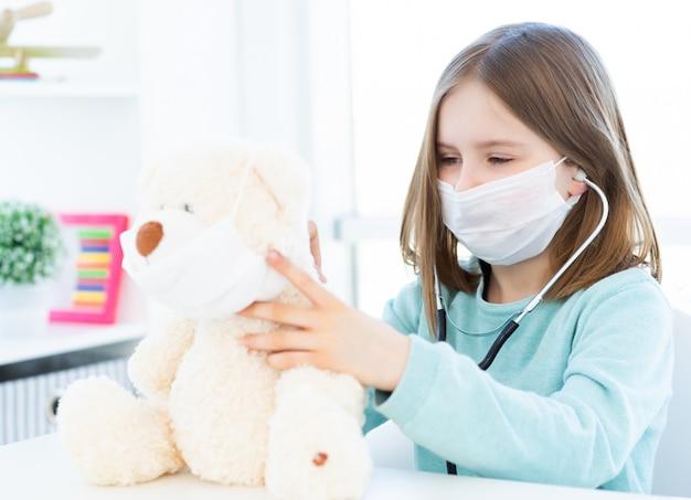 Menina brincando no médico