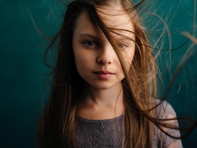 Menina cabelo solto closeup verde fundo emoções depressão