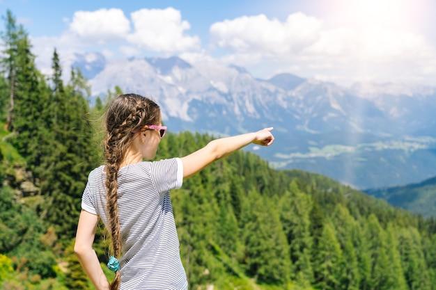 Menina caminhando em um lindo dia de verão nas montanhas dos alpes, áustria,