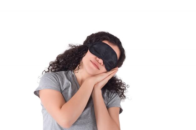 Menina cansado com máscara de olho para dormir.