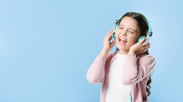 Menina, cantando, em, fones, em, estúdio