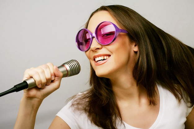 Menina cantando feliz