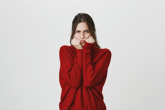 Menina carrancuda temperamental sentir raiva, mau humor