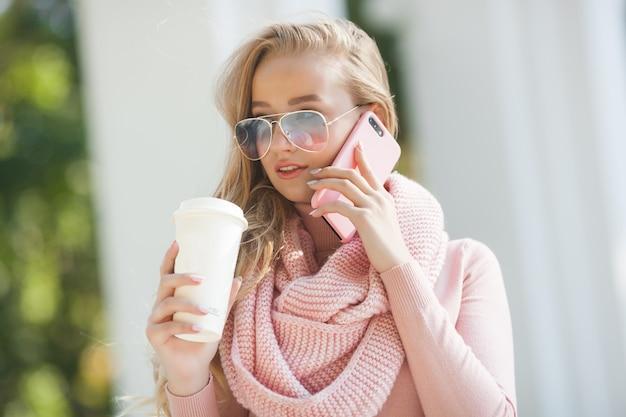 Menina casual, falando no celular no parque. jovem atraente, conversando com seus amigos pelo celular.