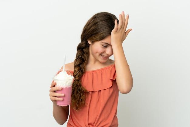 Menina caucasiana com milk-shake de morango isolado no fundo branco percebeu algo e pretende a solução