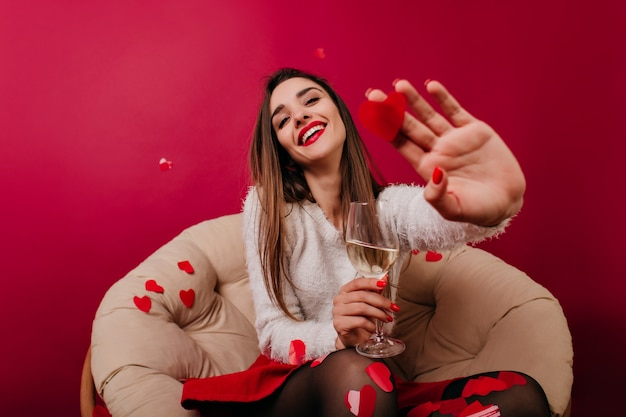 Menina caucasiana com suéter branco se divertindo durante um encontro romântico