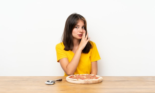 Menina caucasiana com uma pizza sussurrando algo