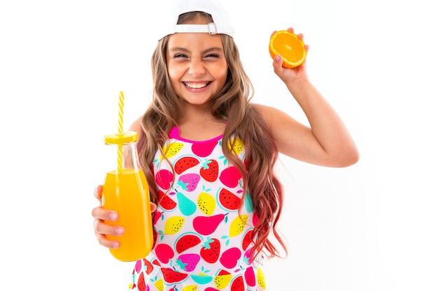 Menina caucasiana em maiô com frutas isoladas