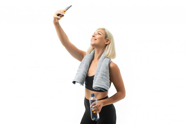 Menina caucasiana esporte fazer selfie após treino duro isolado