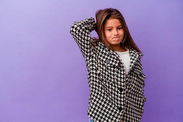 Menina caucasiana isolada em fundo roxo menina caucasiana isolada em fundo roxo tocando a nuca, pensando e fazendo uma escolha.