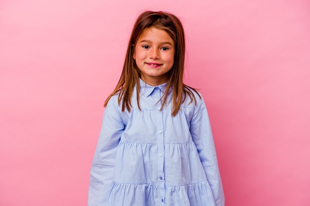 Menina caucasiana isolada em um fundo rosa feliz, sorridente e alegre.