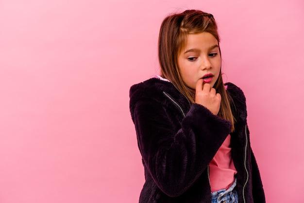 Menina caucasiana isolada na parede rosa relaxada pensando em algo olhando para um espaço de cópia.