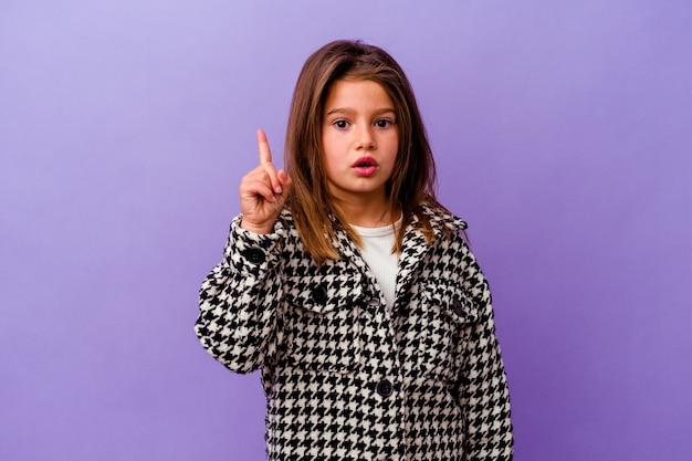 Menina caucasiana isolada na parede roxa, tendo uma ótima ideia, o conceito de criatividade.