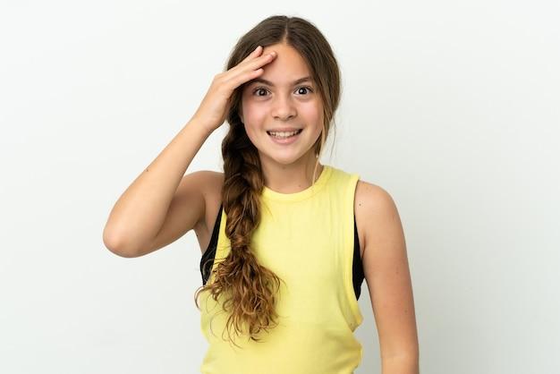 Menina caucasiana isolada no fundo branco com expressão facial surpresa e chocada
