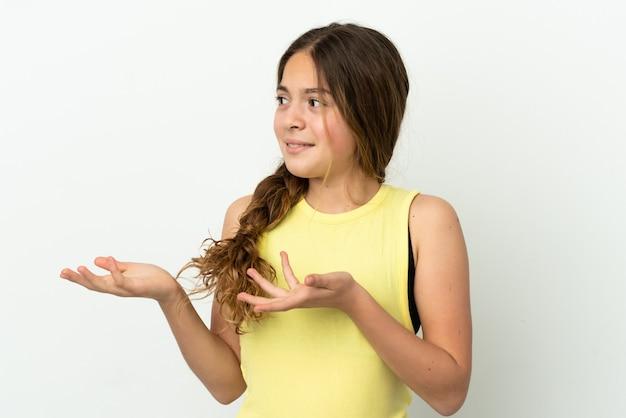 Menina caucasiana isolada no fundo branco com expressão facial surpresa