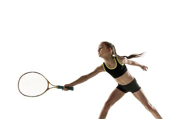 Menina caucasiana jogando tênis isolado no fundo branco