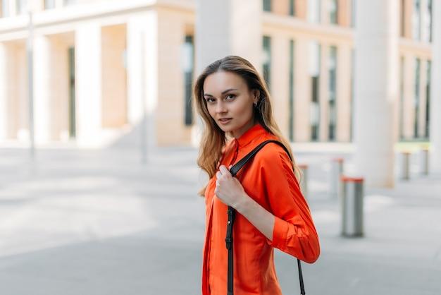 Menina caucasiana na cidade de verão olhando para a câmera
