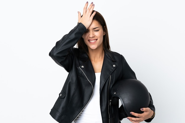 Menina caucasiana segurando um capacete de motociclista