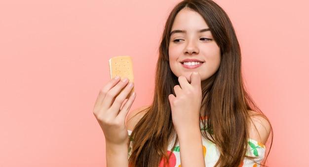 Menina caucasiana segurando um sorvete