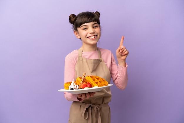 Menina caucasiana segurando waffles isolados