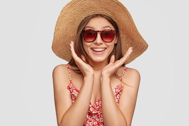 Menina caucasiana sorridente e atraente com uma expressão alegre de espanto