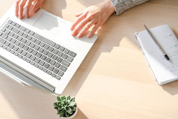 Menina caucasiana trabalhando com um laptop na mesa do escritório em palma de maiorca, espanha