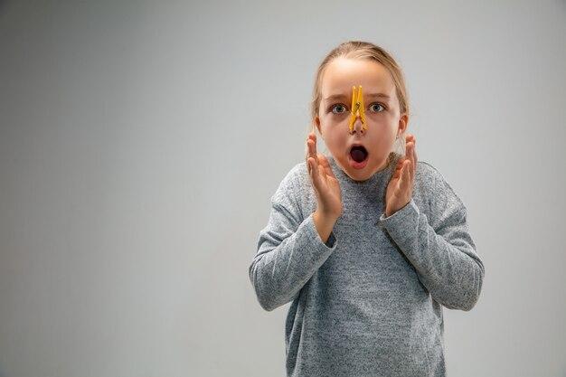 Menina caucasiana usando o pino de proteção respiratória contra a poluição do ar