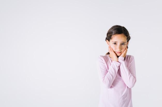 Menina chateada a olhar para a câmara