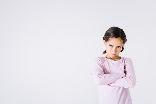 Menina chateada com braços cruzados